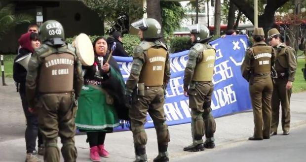 Captura Comunidades del Pilmaiken toman edificio de empresa hidroeléctrica en Santiago (video)_2